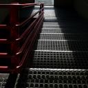 17 - Scala nera e corrimano rosso