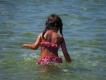 44 - Un costume colorato in acqua