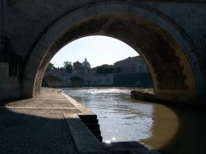 Curve di luce sotto un'arcata di ponte S.Angelo