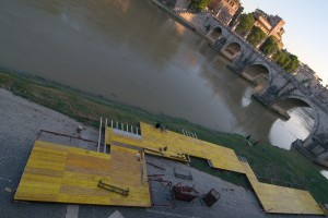 Predisposizione degli stand estivi sul Tevere nei pressi di ponte S.Angelo