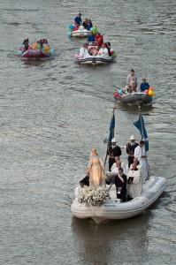 la processione sul fiume